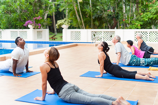 Invités faisant du yoga au bord de la piscine au Sri Lanka