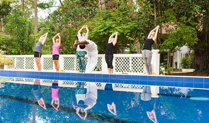 Yoga naast het zwembad bij Surya Lanka