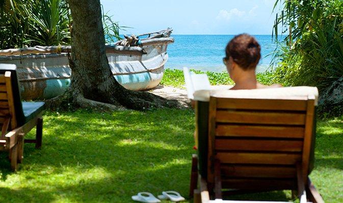 Una signora che legge un libro durante la sua vacanza Ayurvedica