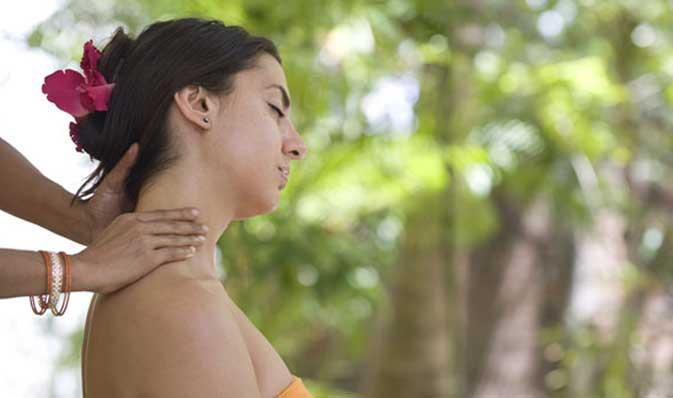 Un invitado que recibe un masaje Ayurveda